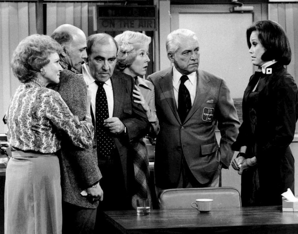 The cast of The Mary Tyler Moore Show - from the final episode. Picture from By CBS Television - eBay itemphoto frontphoto back, Public Domain, https://commons.wikimedia.org/w/index.php?curid=20712229